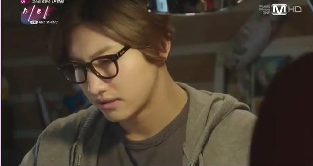 Min-woo versi berkacamata. Gimana cara ngelamar jadi pacarnya ya? O_o